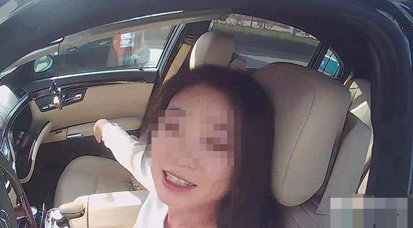 美女開自己賺到的賓士回家,路上車頭被撞,讓修理工人打開車蓋後,發現「意外驚喜」!