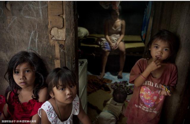 實拍菲律賓小城裡的少女媽媽,帶著孩子任遊客挑選,僅收費2美元!...