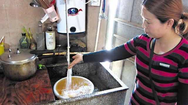 婆婆用塑料瓶製作淨水器,髒水進去直接能喝,一年水費省上千塊! (1/12)