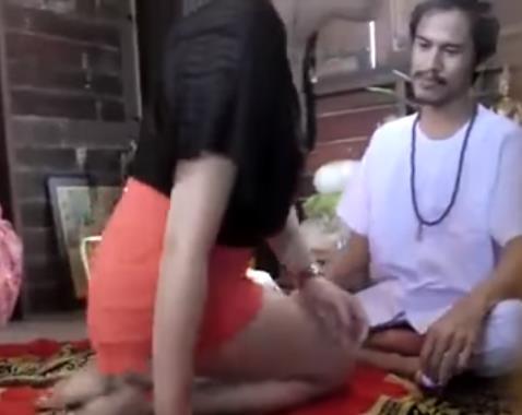 【獨家有片】泰國法師要求與美女信徒做法事,結果下一秒他居然……被針孔攝像完全錄得下來!