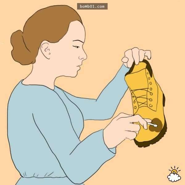 她用膠布把腳食趾和中指貼在一起是有原因的,而且保證你會把這個方法告訴所有認識的人!