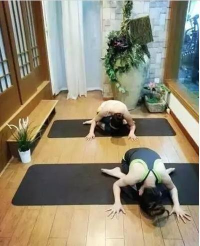 睡前跟著做這7個輕鬆瑜珈動作,能有效幫你「消除小腹」和「改善失眠」!
