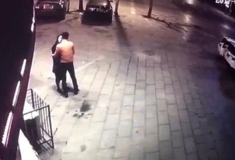 監視器拍到情侶街頭吵架,本以為要和好,接下來男子的動作讓人憤怒!太無恥了!