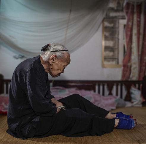 她從「5歲開始裹小腳」到現在100年過去了「從沒看過」自己雙腳,沒想到打開的瞬間「大家都嚇死了」