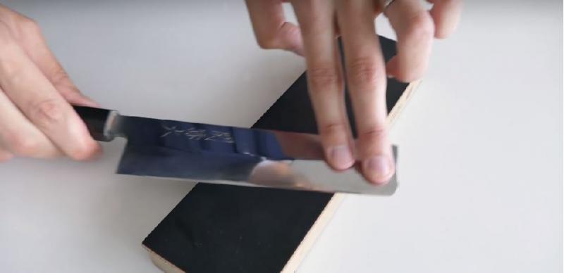 男子一秒把「90元生鏽菜刀」起死回生!變成超猛「倚天屠龍刀」削鐵如泥阿!