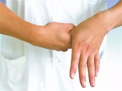 這個症狀是腦中風的前兆,5個動作10秒自測,防患於未然