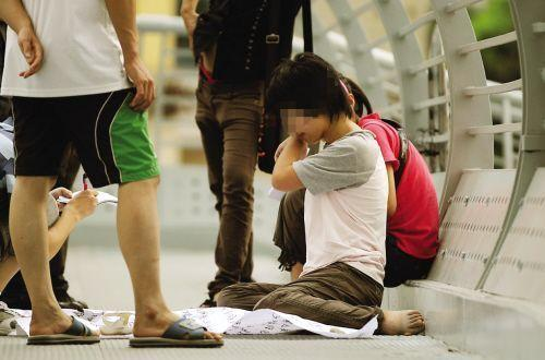 四歲娃被拐走三年,在天橋認出親媽,親媽的給了錢說:你認錯人了……
