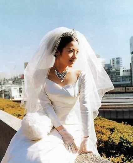只要有人肯娶我姐姐,我們不要彩禮,還有陪嫁