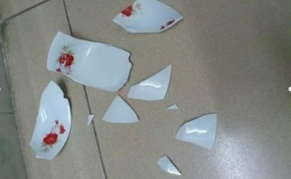 大嬸打碎飯店一隻碗經理不依不饒,來了一車人,才知大嬸身份