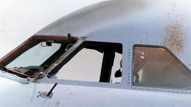 87名乘客歷經史上最恐怖航程,萬米高空飛機外突然出現詭異的一幕,窗外竟掛著一個人,最讓人意外的是那個人的身份