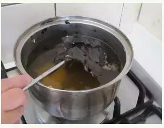 不鏽鋼鍋發黑洗不幹凈?廚房拿一種調料,5分鐘鍋子跟新的一樣!