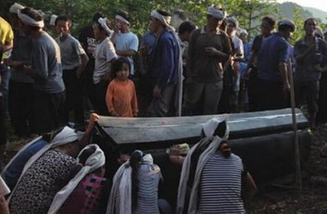 惡婆婆害媳婦難產而死,棺材八個人抬不動,打開棺材眾人沉默!