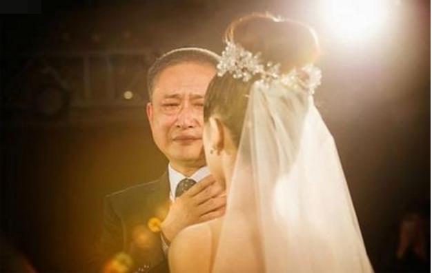 父親去世後母親再婚,出嫁前一天母親說的話,我抱著繼父泣不成聲