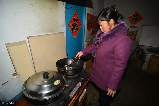 離婚三年,嶽母突然過來給我做飯,剛吃一口我含淚說:走!
