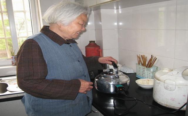 嫌棄鄉下婆婆住進家裡來,下班後去了趟廚房,我整個人癱坐在地!