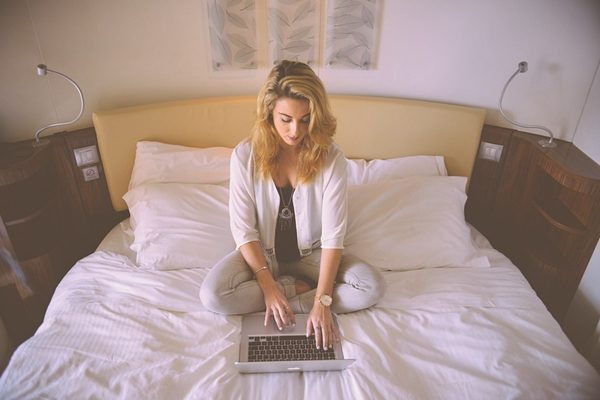 你努力工作卻又掙不到足夠的錢 快來看看賺錢的12個壞習慣 你占幾個?