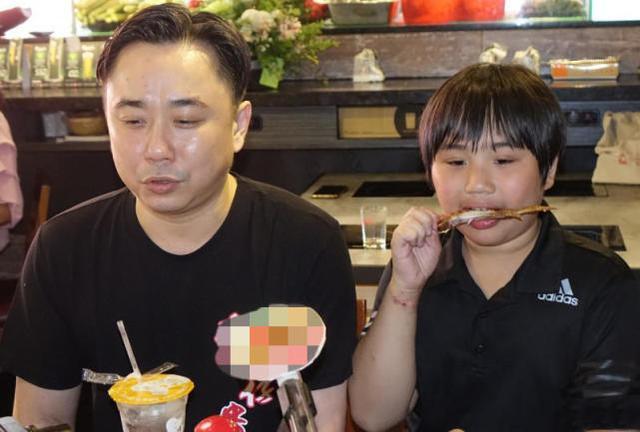 天才童星子承父業紅極一時,如今上初中變矮胖身高不及小學生