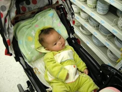 6個月男嬰被扔在超市2個小時沒人認領,寶媽來了後讓人哭笑不得