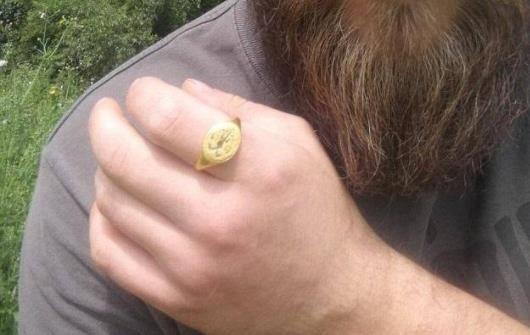 工人在田裡工作,意外挖出400年前金戒指,沒有一個博物館敢要