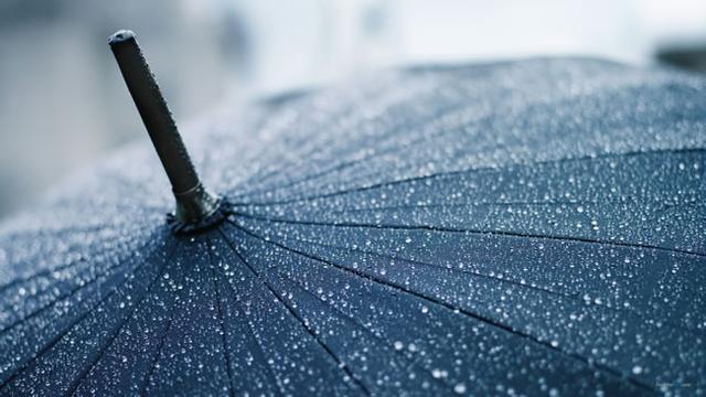 <a>暴雨中</a>,<a>小司機讓老婦搭車</a >,<a>老婆婆落下的一把舊雨傘救了自己一命</a>