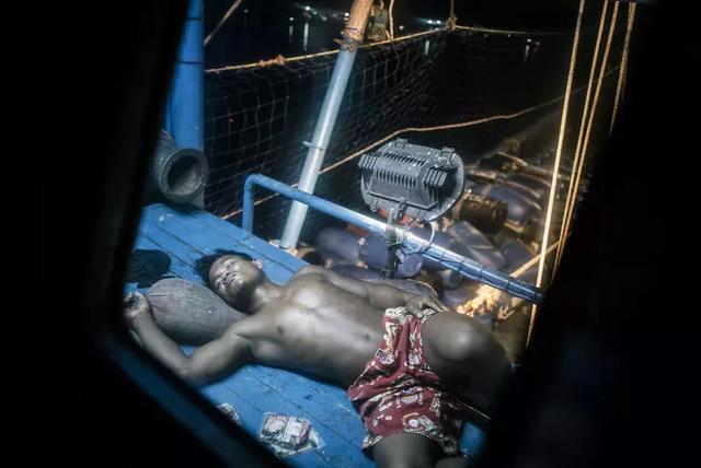 一個攝影師前往泰國,拍下了現代社會依然存在奴隸的真相