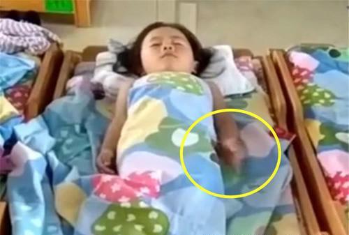 女兒在幼稚園午睡,老師發來一段視頻,媽媽看完瞬間泣不成聲