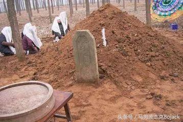 把老人安葬好後,5歲兒子說:媽媽,你背上趴著個人!媽媽癱地上