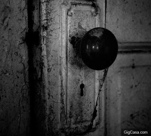 「你朋友一直敲我門....今晚沒人回宿舍喔」網友分享獨自遇到殺人魔的真實經驗:超噁心