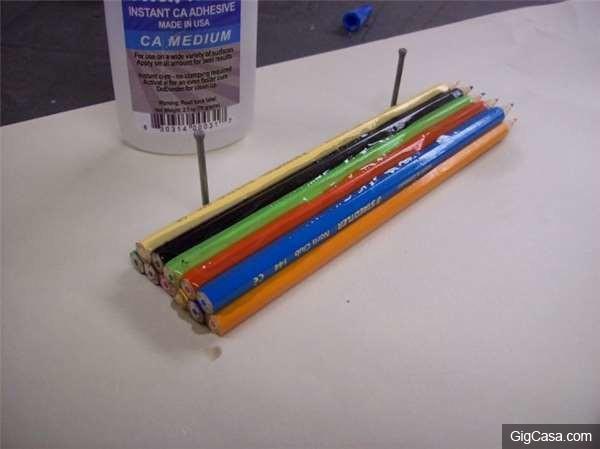 他把一支支彩色鉛筆全黏在一起放在車床上!接下來發生的事讓人眼睛都不敢眨了...