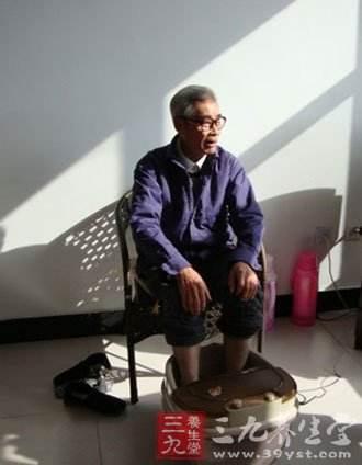 61歲大爺高溫泡腳,突發腦梗,醫生:這5大習慣,改掉一個也不至於此