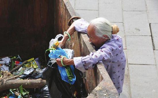 老人社煌撿到金手鐲,原地苦等失主一周,看見失主老人愣住了