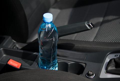 千萬不要留礦泉水在車內! 不是因為曬過不能喝, 而是因為…區區一瓶水足以讓你車報廢!