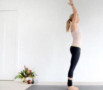 大肚子不用愁,學會這個動作,每天甩腿5分鐘,肚子一天比一天小!