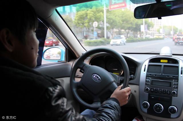 開計程車拉了個老鄉,少收了五塊錢,沒想到救自己老母親一條命