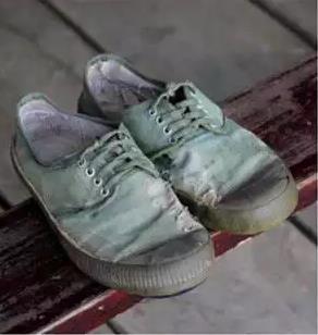 爸爸想不開跳下高樓,我得了全部財產!姐姐在一雙破舊的鞋裡發現了兇手!我崩潰了!