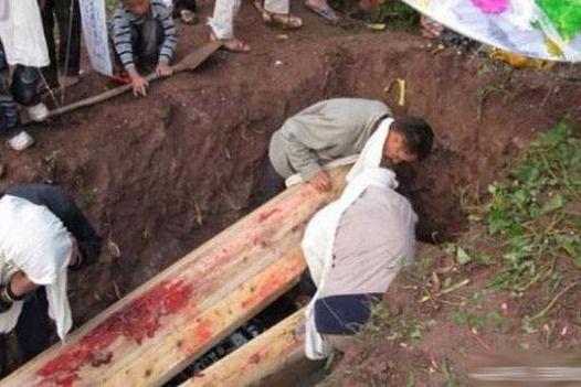 故事:老婆走了三年,老公聽到墳裡傳來琵琶聲,挖開墳墓一看,淚流滿面