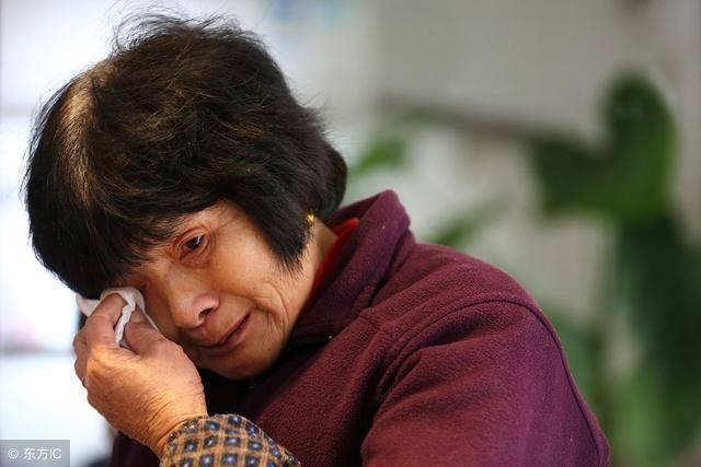 母親找兒子借100塊錢,兒媳讓寫欠條,回家看欠條,母親淚流滿面