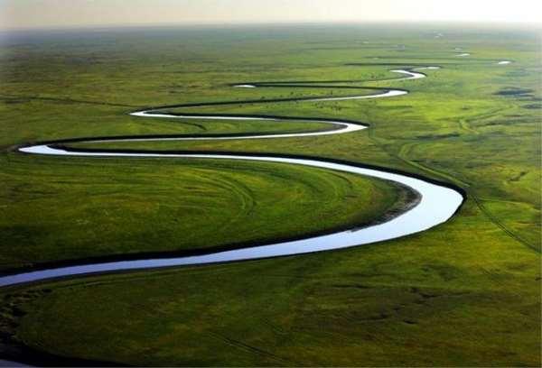 地理課時,老師把照片展開,向底下的學生問道:「圖上的河流,有什麼特點?」 學生們回答:「不是直線,而是彎彎的曲線。」 老師繼續問:「為什麼呢?河流為什麼不走直路,而偏偏要走彎路呢?」  學生七嘴八舌地議論開了。 有人說:「走彎路,拉長流程,因此擁有更大的流量。 當洪水來臨時,河流就不會水滿為患。」 有人認為:「走彎路,拉長流程,流量就減少,對河床的衝擊力也減弱,起了保護河床的作用。」 老師點點頭,接著說:「你們說的都對。但在我看來,河流不走直路而走彎路,最根本的原因就是,走彎路是自然界的一種常態。而走直路