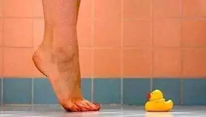 每天踩一踩,45歲變25歲,年輕又漂亮!血脂降了,腰不酸了,腿不痛了,比醫生還管用!