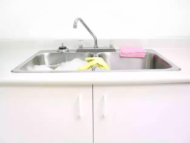 洗衣服時加點這個,連搓一下都不用,衣服立刻乾淨如新!