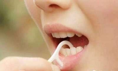 為什麼牙縫裡很臭?剔完牙齒後,發現牙線或牙籤上散發出一股異味。。