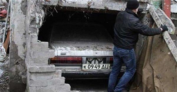 這男子把老家的牆拆開,意外發現父親的遺物…更可怕的是裡面竟還發現 …