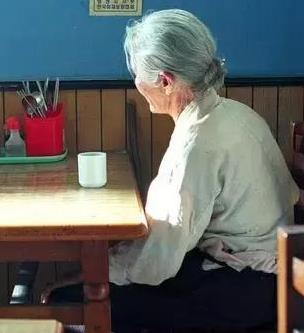 她受不了「老公只跟小三好」向外婆哭訴想離婚!外婆竟叫她「煮滾三壺水」,然後放....