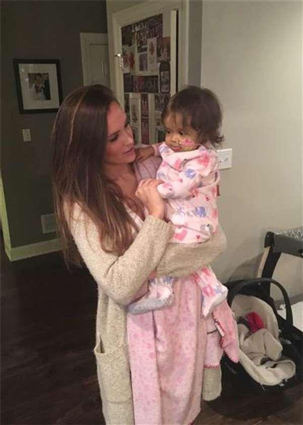 小女孩被醫生宣告活不過兩歲,但幸運的是遇上美女保姆後命運扭轉了!