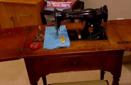 姑姑臨死前告訴姪子「等我斷氣後馬上找到裁縫機」,沒想到男子找到後打開裡面一看他瞬間起了「雞皮疙瘩」...