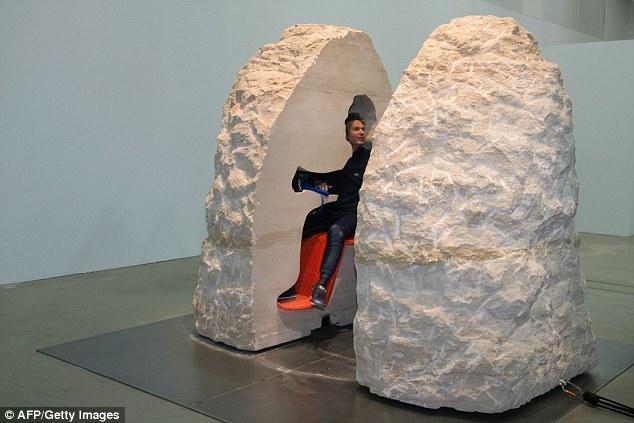行為藝術家把自己「封閉在巨石中」長達8天隔絕互動,出來後外貌完全一樣卻「產生了超驚悚的異變」!