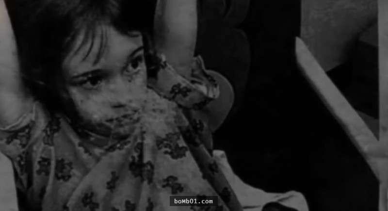 路過的居民在荒廢小屋的窗口「看見一張小女孩的臉」,警察闖進去後看到的景象讓大家都心碎…
