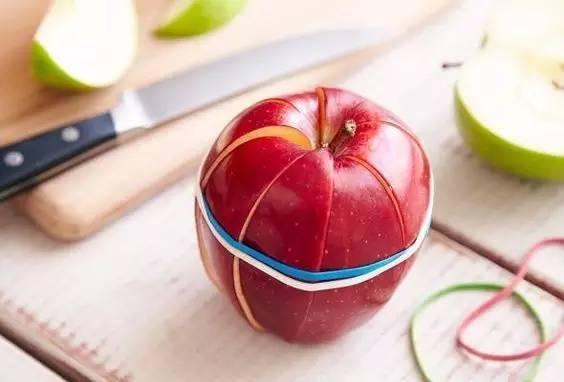 把橡皮筋綁在蘋果上,結果驚呆了!我怎麼沒想到....