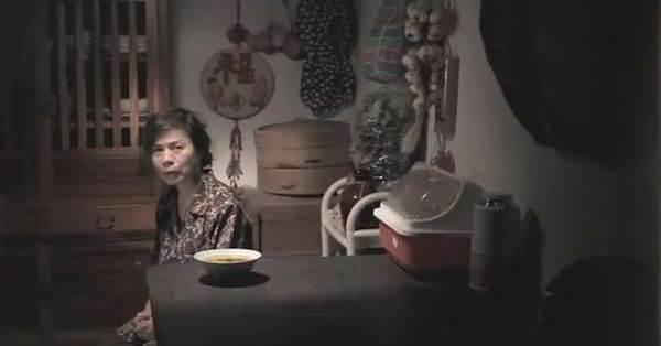 她長時間身體不適,一直依賴女兒照顧...某天走進廚房,竟然發現女兒在飯碗裡放了...竟只因為她「這句話」!