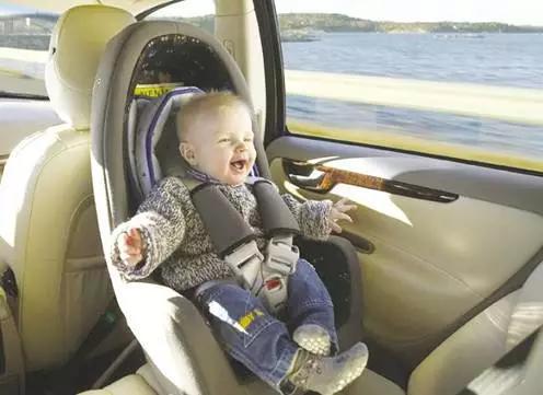 冬天衣服厚,7成安全座椅的肩帶裝錯了!比不坐還危險!